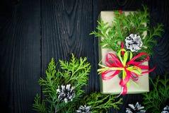 Regalo y tarjeta de la Navidad para los saludos Imagenes de archivo