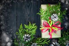 Regalo y tarjeta de la Navidad para los saludos Foto de archivo