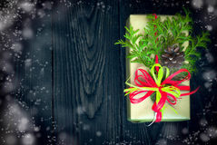 Regalo y tarjeta de la Navidad para los saludos Imagen de archivo libre de regalías