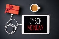 Regalo y texto lunes cibernético feliz en una tableta Imagen de archivo libre de regalías