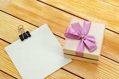 Regalo y una nota Foto de archivo libre de regalías