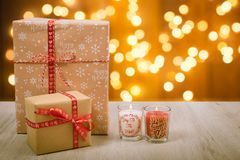 Regalo y velas de la Navidad sobre un fondo de madera Imagen de archivo libre de regalías