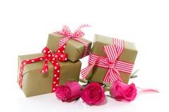 Regalos alegres y rosas rosadas Foto de archivo libre de regalías