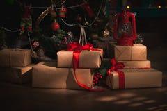 Regalos bajo el árbol de navidad Foto de archivo libre de regalías
