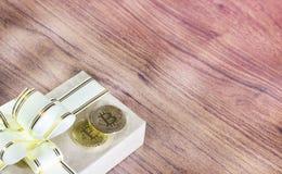 Regalos Bitcoins en una caja de regalo del estilo del vintage en un fondo de madera rústico Fotos de archivo