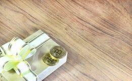 Regalos Bitcoins en una caja de regalo del estilo del vintage en un fondo de madera rústico Fotografía de archivo