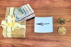 Regalos Bitcoins en una caja de regalo del estilo del vintage en un fondo de madera rústico Foto de archivo libre de regalías