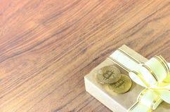 Regalos Bitcoins en una caja de regalo del estilo del vintage en un fondo de madera rústico Fotografía de archivo libre de regalías