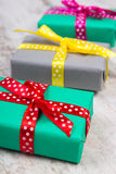 Regalos coloridos envueltos para la Navidad o la otra celebración en tablón blanco viejo Fotos de archivo libres de regalías