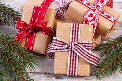Regalos coloridos envueltos y ramas spruce para la Navidad o las tarjetas del día de San Valentín Foto de archivo