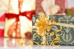 Regalos con las cintas de oro Fotografía de archivo libre de regalías