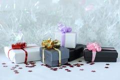 Regalos con los arcos brillantes en una decoración de la fiesta de Navidad Foto de archivo libre de regalías