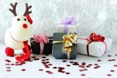 Regalos con los arcos brillantes en una decoración de la fiesta de Navidad Fotos de archivo libres de regalías