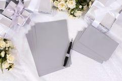 Regalos de boda con el papel de escribir Fotos de archivo libres de regalías