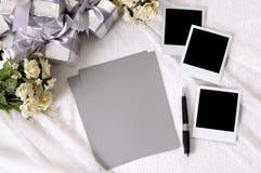 Regalos de boda con el papel y las fotos de escribir fotografía de archivo libre de regalías