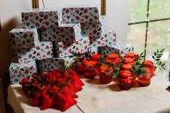 Regalos de boda para las huéspedes: cajas con las tortas, los tarros dulces con el atasco y las bolsas con los caramelos Presente Imagen de archivo libre de regalías