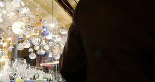 Regalos de compra de la Navidad de la mujer del mercado de la Navidad de Estrasburgo almacen de metraje de vídeo