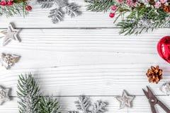 Regalos de empaquetado de la Navidad en cajas en la opinión superior del fondo de madera Fotos de archivo libres de regalías