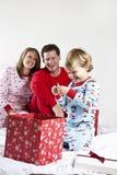 Regalos de la apertura del niño en la Navidad Imágenes de archivo libres de regalías