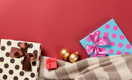 Regalos de la bufanda y de la Navidad Imagenes de archivo