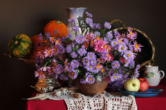 Regalos de la caída Una vida inmóvil con las flores, las calabazas y el ap del otoño Foto de archivo libre de regalías