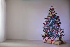 Regalos de la decoración de la Navidad del árbol del Año Nuevo Foto de archivo libre de regalías