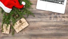 Regalos de la decoración de la Navidad del escritorio de oficina fotos de archivo
