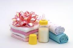 Regalos de la ducha de bebé, botella de bebé Fotografía de archivo libre de regalías