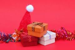 regalos de la Feliz Navidad y del Año Nuevo con el sombrero de Papá Noel en b rojo Imagenes de archivo