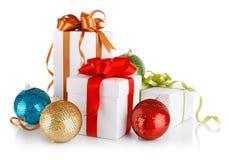 Regalos de la Navidad adentro con los arqueamientos abigarrados Fotografía de archivo libre de regalías