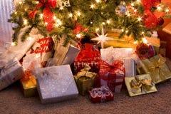 Regalos de la Navidad bajo el árbol Foto de archivo