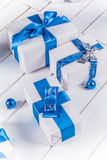 Regalos de la Navidad blanca con las cintas azules Fotografía de archivo