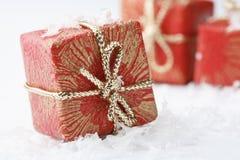 Regalos de la Navidad con el embalaje y arqueamientos del rojo. Fotos de archivo libres de regalías