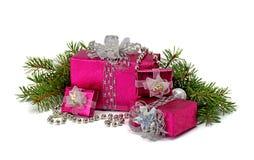 Regalos de la Navidad con la cinta de plata en el fondo blanco Imagenes de archivo