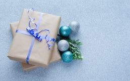 Regalos de la Navidad con las bolas azules del ornamento Imagenes de archivo