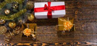 Regalos de la Navidad con las ramas adornadas del pino Foto de archivo libre de regalías