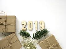 Regalos de la Navidad con las ramas del abeto en el fondo blanco imágenes de archivo libres de regalías