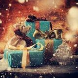 Regalos de la Navidad con los arcos del color Nevadas exhaustas vendimia Fotos de archivo libres de regalías