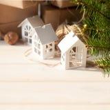 Regalos de la Navidad con los copos de nieve Pequeñas casas blancas Nueces Foto de archivo