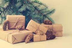 Regalos de la Navidad contra ramas verdes del abeto Imagen de archivo