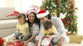 Regalos de la Navidad de la abertura de la familia en sala de estar almacen de video