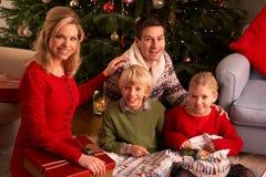 Regalos de la Navidad de la apertura de la familia en el país Imagen de archivo libre de regalías