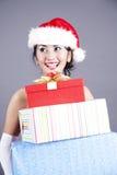 Regalos de la Navidad de la mujer que llevan asiática hermosa Fotografía de archivo