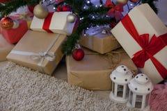 Regalos de la Navidad debajo del árbol de navidad Imagen de archivo