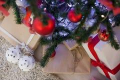 Regalos de la Navidad debajo del árbol de navidad Fotografía de archivo