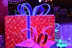 Regalos de la Navidad debajo del árbol de navidad Foto de archivo libre de regalías