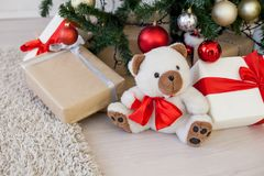 Regalos de la Navidad debajo del árbol de navidad por el Año Nuevo Imagen de archivo libre de regalías