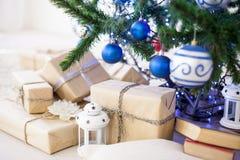 Regalos de la Navidad debajo del árbol de navidad por el Año Nuevo Fotos de archivo libres de regalías