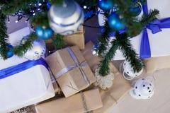 Regalos de la Navidad debajo del árbol de navidad por el Año Nuevo Foto de archivo libre de regalías