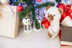 Regalos de la Navidad debajo del árbol de navidad por el Año Nuevo Imagenes de archivo